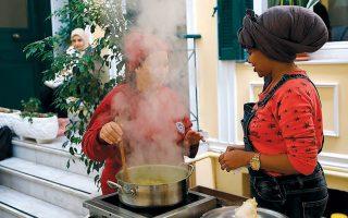 Οι γυναίκες πρόσφυγες μαγειρεύουν και ανταλλάσσουν συνταγές.