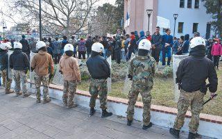 Συγκέντρωση διαμαρτυρίας αιτούντων άσυλο, χθες, στο λιμάνι της Μυτιλήνης, μπροστά από το Δημοτικό Θέατρο της πόλης. Η περιοχή αποκλείστηκε από δυνάμεις της αστυνομίας, άνδρες των ΜΑΤ, της ΟΠΚΕ και του Λιμενικού.