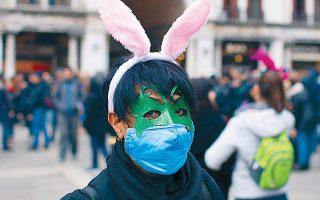 Μασκαράδες και ταυτόχρονα... μασκοφόροι φέτος στη Βενετία, λόγω της επιδημίας. Με κοινή υπουργική απόφαση ματαιώνονται οι εκδηλώσεις για το καρναβάλι στην Ελλάδα, στο πρότυπο και άλλων ευρωπαϊκών χωρών.