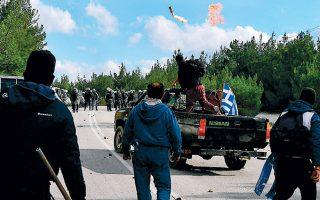 Μεγάλης έντασης επεισόδια εκτυλίχθηκαν χθες στις περιοχές Καράβα και Διαβολόρεμα της Λέσβου, όπου, σύμφωνα με την επίσημη ενημέρωση από την ΕΛ.ΑΣ., τραυματίστηκαν 43 αστυνομικοί.