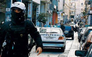 Από το σημείο της χθεσινής συμπλοκής στην οδό Μενάνδρου, στο κέντρο της Αθήνας, αστυνομικοί περισυνέλεξαν συνολικά 13 κάλυκες από το όπλο ή τα όπλα που χρησιμοποιήθηκαν.