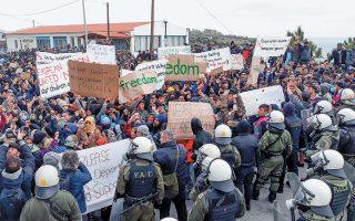 Περισσότεροι από 2.000 αιτούντες άσυλο διαδήλωσαν, χθες, στη Μυτιλήνη ενάντια στον νέο νόμο για το άσυλο, που «παγώνει» τα αιτήματα των εδώ και πολλούς μήνες εγκλωβισμένων.