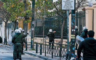 Στιγμιότυπο από τα επεισόδια που εξελίχθηκαν χθες το απόγευμα στην οδό Πατησίων, όταν αντιεξουσιαστές έστησαν οδοφράγματα και άρχισαν να πετούν πέτρες, ξύλα και άλλα αντικείμενα προς τις αστυνομικές δυνάμεις.