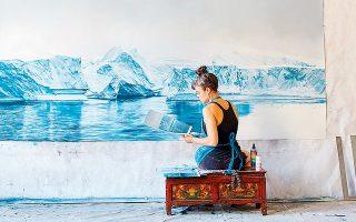 Η Ζάρια Φόρμαν αποτυπώνει το λιώσιμο των πάγων σε καμβά, βασισμένη σε δορυφορικά δεδομένα της NASA. «Προσπαθώ να αναδείξω την ομορφιά για να εμπνεύσω το κοινό να δράσει», αναφέρει.