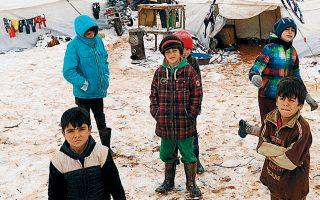 Παιδιά εκτοπισμένων Σύρων σε αυτοσχέδιο καταυλισμό προσφύγων, στο χιονισμένο Αζάζ, βορειοδυτικά του Χαλεπίου.