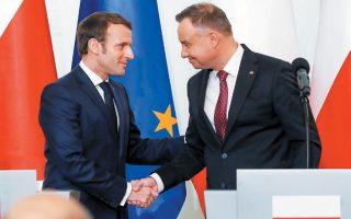 Ο Γάλλος πρόεδρος Εμανουέλ Μακρόν και ο Πολωνός ομόλογός του Αντρέι Ντούντα, κατά τη διάρκεια της χθεσινής συνάντησής τους στη Βαρσοβία.