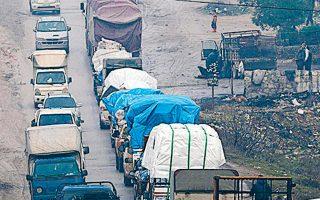 Εκτοπισμένοι λόγω των εχθροπραξιών διαφεύγουν από το βόρειο Ιντλίμπ.