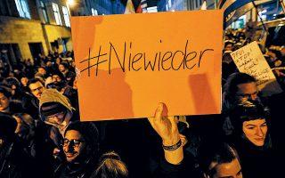 #NieWieder, δηλαδή «Ποτέ ξανά», γράφει το πλακάτ σε μία από τις διαδηλώσεις που ξέσπασαν αμέσως μετά την αιφνιδιαστική εκλογή τοπικού πρωθυπουργού με ακροδεξιά στήριξη.