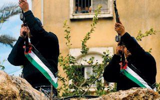 Συνάδελφοι του Παλαιστίνιου αστυνομικού Ταρέκ Μπαντουάν, που σκοτώθηκε στη διάρκεια ισραηλινής επιδρομής, αποτίουν φόρο τιμής.