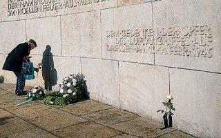 Τριαντάφυλλο στη μνήμη των 25.000 κατοίκων της Δρέσδης που χάθηκαν όταν οι βόμβες που εξαπέλυσαν βρετανικά και αμερικανικά αεροσκάφη μετέτρεψαν την ιστορική πόλη σε στάχτη και ερείπια.