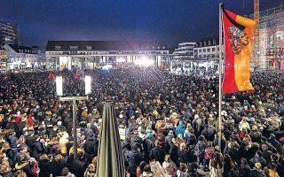 Χιλιάδες άνθρωποι, χθες, στην τελετή μνήμης των θυμάτων του ρατσιστή δολοφόνου στο προάστιο Χάναου.