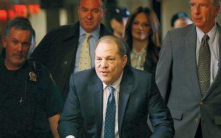 O 67χρονος Χάρβεϊ Ουάινσταϊν φθάνει στο δικαστήριο του Μανχάταν.