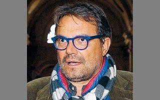Ο εμβληματικός φωτογράφος της Benetton και διαφημιστής Ολιβιέρο Τοσκάνι το 2004, στο Παρίσι.