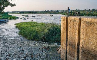 Οικογένειες απολαμβάνουν τα νερά του Νείλου στην πόλη Ελ Κανατέρ της Ανω Αιγύπτου, που απειλείται άμεσα από τα σχέδια κατασκευής φράγματος στο έδαφος της Αιθιοπίας.