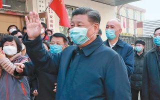 Ο Σι Τζινπίνγκ, στο κέντρο της φωτογραφίας φορώντας μάσκα, είχε επισκεφθεί στις 10 Φεβρουαρίου νοσοκομειακές εγκαταστάσεις στο Πεκίνο.