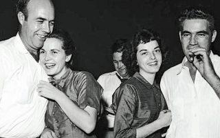 Οι δολοφόνοι του 14χρονου Εμετ Τιλ πανηγυρίζουν με τις συζύγους τους έπειτα από την αθώωσή τους από δικαστήριο του Μισισίπι το 1955.