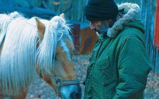 Ο Ελληνας ηθοποιός είναι εξαιρετικός ως ιδιότυπος καουμπόης-φύλακας του δάσους, στο «Digger».