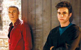Ο Λάζαρος Γεωργακόπουλος ερμηνεύει τον ρόλο του πατέρα και ο Δημήτρης Κίτσος αυτόν του γιου.