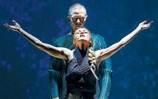 Σκηνή από την παράσταση «Ο χορός της φωτιάς», στο Δημοτικό Θέατρο Πειραιά.