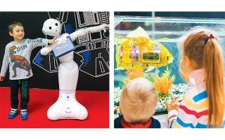 Ρομπότ με ανθρώπινη μορφή (αριστερά) αλλά και με μορφή... ψαριού (δεξιά) παρουσιάζονται στην έκθεση.