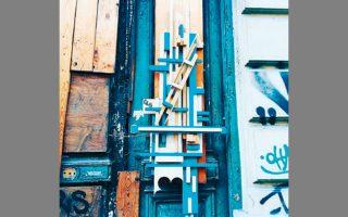 Γραμμικές ξύλινες συνθέσεις σε πόρτες εγκαταλελειμμένων νεοκλασικών με την υπογραφή CLS.