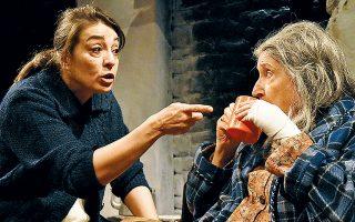 Η Αγορίτσα Οικονόμου και η Σοφία Σεϊρλή σε σκηνή από την παράσταση στο θέατρο Επί Κολωνώ.
