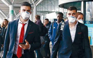 Με μάσκες, λόγω κορωνοϊού, αφίχθη χθες η αποστολή του Ολυμπιακού στο Λονδίνο, όπου απόψε θα αντιμετωπίσει την Αρσεναλ στη ρεβάνς του 0-1 στο «Καραϊσκάκη».