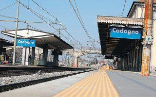 Αδειοι είναι οι σιδηροδρομικοί σταθμοί σε πόλεις της βόρειας Ιταλίας. Ο συνδυασμός των περιορισμών στις μετακινήσεις, που έχει αναγκαστεί να επιβάλει η χώρα, η διακοπή της παραγωγής και της προσφοράς και ο άμεσος αντίκτυπος στον τουρισμό αναμένεται να πλήξουν την παραπαίουσα οικονομία της γειτονικής χώρας.
