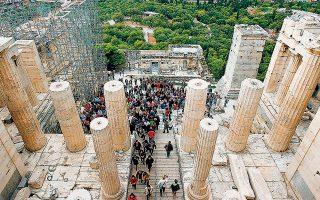 Η μείωση του τουρισμού αποτελεί την πιο προφανή απειλή, καθώς η χώρα υποδέχθηκε πέρυσι 31 εκατ. ταξιδιώτες και εισέπραξε 18 δισ. ευρώ από αυτούς.
