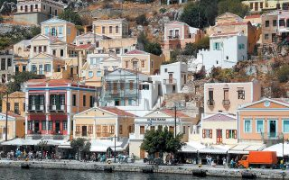 Η ζήτηση για παραθεριστική κατοικία στην Ελλάδα ήταν υψηλή τη διετία 2018-2019, με επίκεντρο κυρίως τις περιοχές υψηλού τουριστικού ενδιαφέροντος. Ωστόσο το τελευταίο διάστημα οι ξένοι ενδιαφέρονται και για ακίνητα σε εναλλακτικούς προορισμούς, όπως η Σύμη (φωτ.).