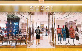Ο οίκος Gucci προσπαθεί να κρατήσει το ενδιαφέρον των Κινέζων καταναλωτών παρουσιάζοντας με εναλλακτικό τρόπο τη νέα συλλογή του, μέσω ενός από τα μεγαλύτερα δίκτυα κοινωνικής δικτύωσης της Κίνας, της πλατφόρμας Weibo.