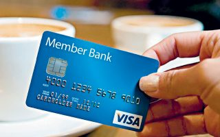 Η μεγάλη αύξηση στη χρήση «πλαστικού χρήματος» έχει εκτινάξει τη μετοχή των Visa και Mastercard που βρίσκονται ήδη στην 7η και στην 11η θέση στον δείκτη S&P 500, με χρηματιστηριακή αξία μόλις... 449 δισ. δολαρίων και 324 δισ. δολαρίων αντίστοιχα.