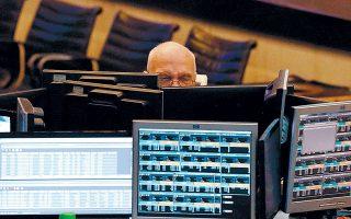 Στην Ευρώπη οι ανησυχίες για τις επιπτώσεις του κορωνοϊού στην παγκόσμια οικονομία έστρεψαν τους επενδυτές μακριά από τις μετοχές και προς τα ομόλογα. Ετσι, για μία ακόμη φορά τα ελληνικά ομόλογα –τα οποία σημειώνουν το τελευταίο διάστημα νέο εντυπωσιακό ράλι– κινούνται σε εντελώς αντίθετη πορεία με το Χ.Α.