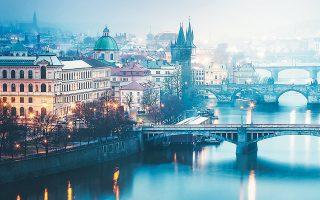 Την Πράγα βάσει στοιχείων του 2018 επισκέπτονται ετησίως σχεδόν 8 εκατομμύρια τουρίστες,  όταν ο πληθυσμός της δεν ξεπερνά το 1,3 εκατ. κατοίκους.