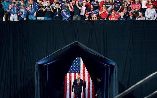 O Αμερικανός πρόεδρος Ντόναλντ Τραμπ ετοιμάζεται να ανεβεί στο βήμα προεκλογικής ομιλίας του στο Φοίνιξ της Αριζόνας.