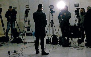 Τηλεοπτικά συνεργεία στην είσοδο της Γενικής Αστυνομικής Διεύθυνσης Αττικής, όπου το βράδυ της Παρασκευής προσήλθε αυτοβούλως ο ένας από τους δύο προστατευόμενους μάρτυρες με το κωδικό όνομα «Μάξιμος Σαράφης».