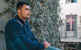 Ο Ρασίντ Μοχάμεντ έχασε τον αδελφό του, Ικράμ, με την ανατροπή του σκάφους. «Μπορεί να πέρασε κάποιο καράβι και να τον διέσωσε», λέει, αρνούμενος να αφήσει την ελπίδα να σβήσει. (Φωτογραφία: Αλεξία Τσαγκάρη)