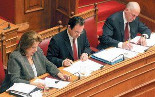 Η Λούκα Κατσέλη, ο Γιώργος Παπακωνσταντίνου και ο Γιώργος Παπανδρέου σχημάτισαν ένα «πολιτικό τρίγωνο» υψηλών εντάσεων και έντονων διαφωνιών κατά την κρίσιμη περίοδο 2009-2010, που οδήγησε στο μνημόνιο.