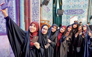 Ιρανές που μόλις έχουν ψηφίσει σε εκλογικό κέντρο της Τεχεράνης αποτυπώνουν το γεγονός με μια «σέλφι».