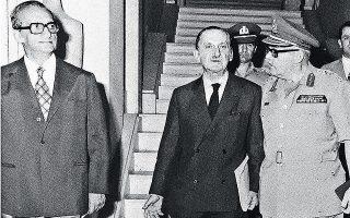 Οι νέοι αρχηγοί των Ενόπλων Δυνάμεων Δ. Αρμπούζης (αριστερά) και Ι. Ντάβος (δεξιά). Στο μέσον, ο υπ. Εθνικής Αμύνης Ευάγγελος Αβέρωφ.