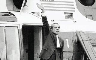 9 Αυγούστου 1974. Ο Νίξον αποχαιρετά το προσωπικό του Λευκού Οίκου, καθώς εγκαταλείπει οριστικά την προεδρική κατοικία των ΗΠΑ.