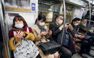 Επιβάτες σε βαγόνι του μετρό στο Τόκιο. Στην Ιαπωνία έχουν καταγραφεί ήδη πολλά κρούσματα του νέου κορωνοϊού, γεγονός που οδήγησε τον επικεφαλής του Εθνικού Ινστιτούτου Λοιμωδών Νόσων της χώρας να ζητήσει από τους συμπατριώτες του να εργάζονται από το σπίτι.