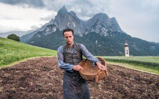 Ο Ογκαστ Ντιλ τα καταφέρνει εξαιρετικά στον κεντρικό ρόλο του Αυστριακού αγρότη που πληρώνει το τίμημα της άρνησής του να ορκιστεί πίστη στον Χίτλερ.
