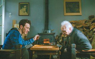 Ο Μιχάλης Σαράντης και ο Θανάσης Παπαγεωργίου στον «Απόστρατο», την πιο πλήρη ταινία του Ζαχαρία Μαυροειδή.