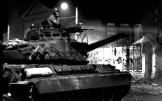 Δανία, Νορβηγία, Σουηδία και Ολλανδία κατέθεσαν στις 20 και 27 Σεπτεμβρίου 1967 προσφυγές, ζητώντας την αποπομπή της Ελλάδας λόγω παραβίασης πληθώρας θεμελιωδών δικαιωμάτων. Στη φωτογραφία, ξημερώματα 17ης Νοεμβρίου 1973, το τανκ λίγο πριν από την εισβολή του στο Πολυτεχνείο. ΑΠΕ-ΜΠΕ/Α. ΣΑΡΡΗΚΩΣΤΑΣ