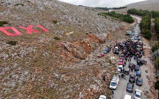 Κάτοικοι από το Βροντάδο και το χωριό Πιτυός της Χίου, διαμαρτύρονται στον χώρο της θέσης «17» στο 17ο χιλιόμετρο της επαρχιακής οδού Χίου – Βολισού για την επίταξη έκτασης, προκειμένου να κατασκευασθεί δομή προσφύγων και μεταναστών, Τετάρτη 12 Φεβρουαρίου 2020. ΑΠΕ-ΜΠΕ/ΑΠΕ-ΜΠΕ/ΣΤΡΑΤΗΣ ΜΠΑΛΑΣΚΑΣ