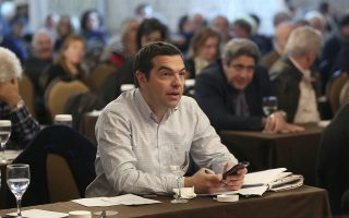 al-tsipras-koynoyn-to-daktylo-aytoi-poy-eftiaxan-to-kratos-amp-8211-lafyro0