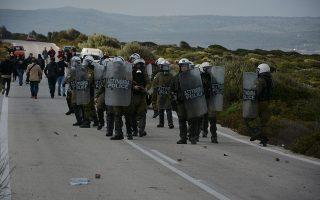 Άνδρες των ΜΑΤ αντιμέτωποι με διαδηλωτές που τους περίμεναν για να εμποδίσουν την διέλευση τους στην περιοχή της Καράβας από τη μεριά του Μανταμάδο, με αίτημα των διαδηλωτών την άμεση αποσυμφόρηση της Λέσβου και την αποχώρηση των ΜΑΤ, την Τετάρτη 26 Φεβρουαρίου 2020.  ΑΠΕ-ΜΠΕ/ΑΠΕ-ΜΠΕ/ΠΑΝΑΓΙΩΤΗΣ ΜΠΑΛΑΣΚΑΣ