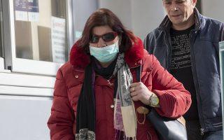 Γυναίκα φορώντας μάσκα, περπατά έξω από την είσοδο του νοσοκομείου ΑΧΕΠΑ, στη Θεσσαλονίκη, την  Πέμπτη 27 Φεβρουαρίου 2020.  Άλλα δύο νέα κρούσματα του κορονοϊού ανακοίνωσε το υπουργείο Υγείας. Έτσι συνολικά τα κρούσματα στη χώρα μας με την 38χρονη γυναίκα που νοσηλεύεται στο ΑΧΕΠΑ της Θεσσαλονίκης, ανέρχονται σε τρία. Τα δύο νέα κρούσματα αφορούν το παιδί της 38χρονης και άλλη μία νέα γυναίκα η οποία είχε ταξιδέψει στις πληγείσες περιοχές της βόρειας Ιταλίας και νοσηλεύεται σε νοσοκομείο αναφοράς για τον κορονοϊό στην Αθήνα. Η κατάσταση της υγείας και των τριών ανθρώπων που έχουν προσβληθεί είναι καλή και παρακολουθούνται από τους ειδικούς. ΑΠΕ-ΜΠΕ/ΑΠΕ-ΜΠΕ/ΝΙΚΟΣ ΑΡΒΑΝΙΤΙΔΗΣ