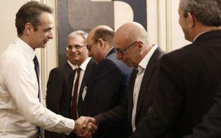 Ο πρωθυπουργός Κυρ. Μητσοτάκης ανταλλάσσει χειραψία με στελέχη της αυτοδιοίκησης των νησιών του Βορειοανατολικού Αιγαίου, κατά τη διάρκεια της συνάντησής τους την περασμένη Πέμπτη. DIMITRIS PAPAMITSOS/ΓΡΑΦΕΙΟ ΤΥΠΟΥ ΠΡΩΘΥΠΟΥΡΓΟΥ